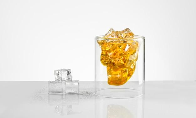 Verre en forme de crâne de whisky isolé sur fond blanc