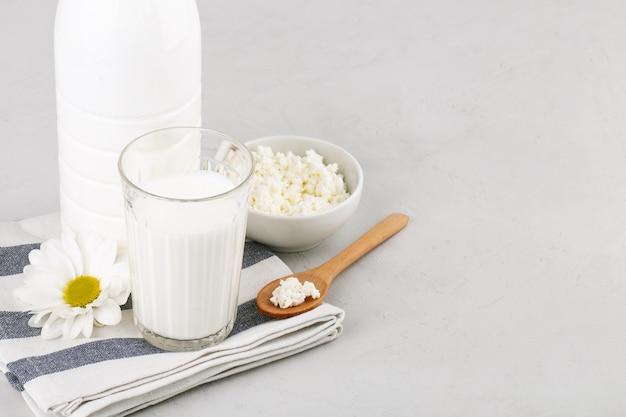 Verre de fromage cottage au kéfir et bouteille en plastique