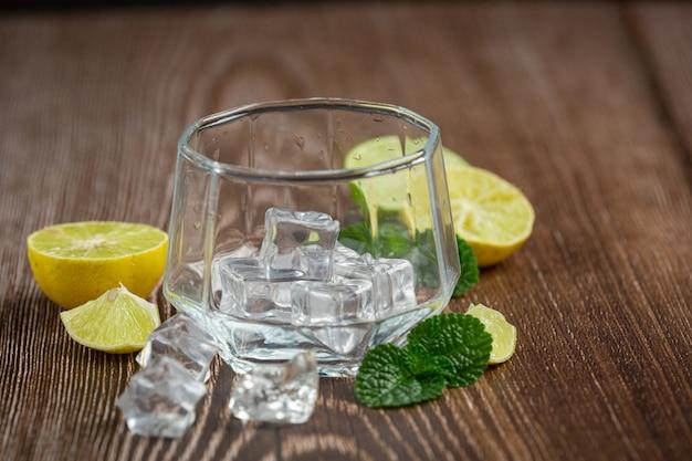 Un verre avec de la glace est posé sur la table.
