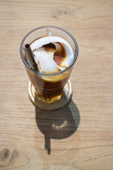 Verre de glaçons et café frais