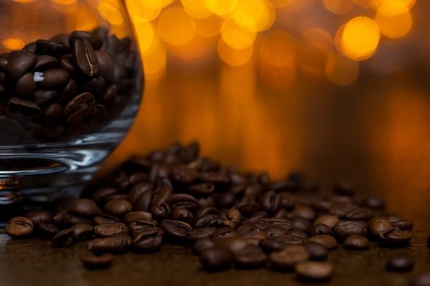 Verre avec grains de café