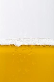 Verre de gros plan avec de la bière