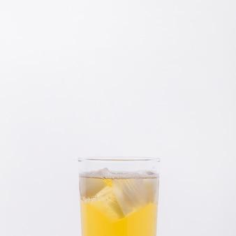 Verre de gros plan avec boisson et glaçons