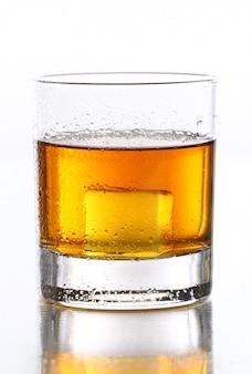 Verre humide avec du whisky à l'intérieur