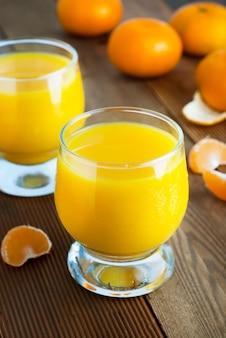 Verre à jus d'agrumes orange, boissons d'été.
