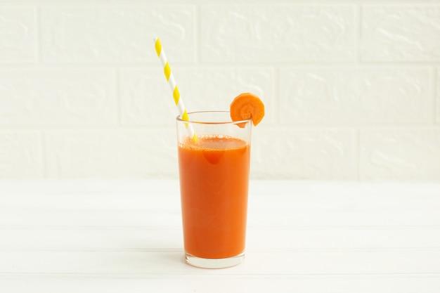 Verre de jus de carotte bio et carotte fraîche