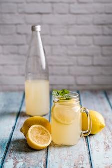Verre avec jus de citron naturel