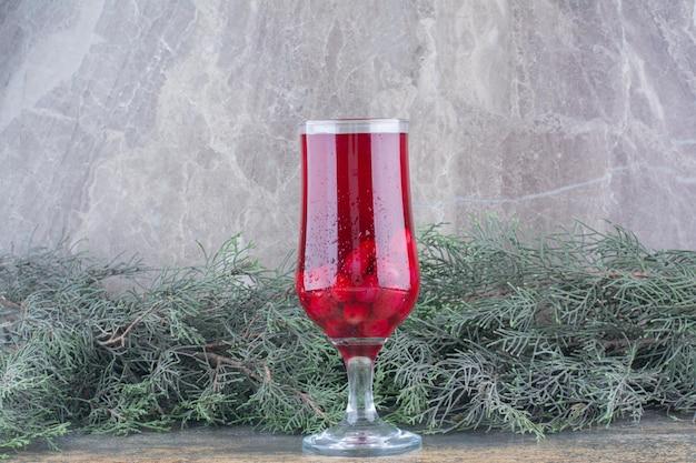 Un verre de jus d'églantier sur fond de marbre. photo de haute qualité