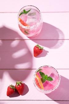 Verre avec jus de fraise froid