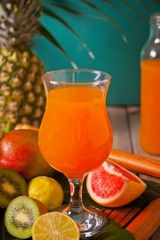 Verre de jus de fruits tropical exotique multifruit avec des fruits. concept de pique-nique plage tropicale.