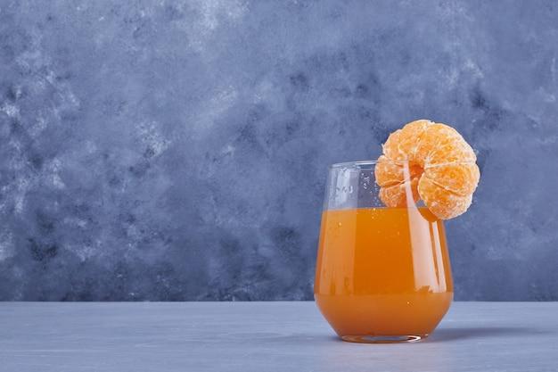 Un verre de jus de mandarine.