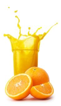 Verre de jus d'orange avec éclaboussures et coupe d'oranges