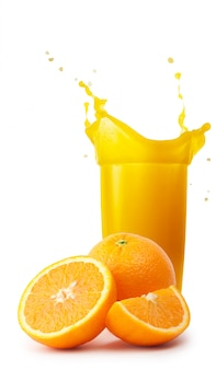 Verre de jus d'orange avec éclaboussures et oranges