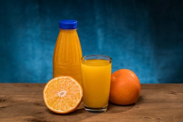 Verre de jus d'orange fraîchement pressé