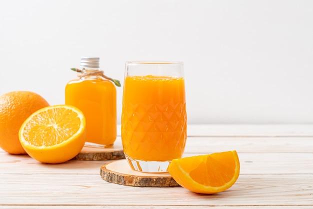 Verre de jus d'orange frais sur fond de bois