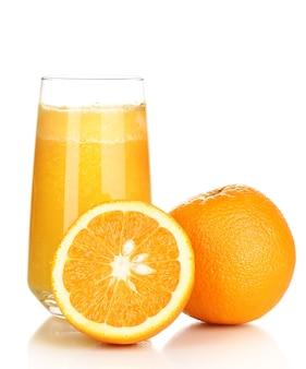 Verre de jus d'orange frais isolé sur blanc