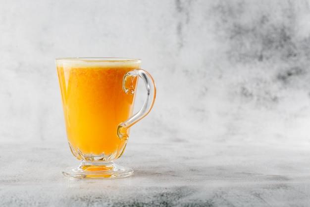 Verre de jus d'orange frais isolé sur fond de marbre brillant. vue aérienne, espace copie. publicité pour le menu du café. photo horizontale.