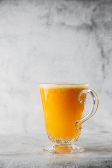 Verre de jus d'orange frais isolé sur fond de marbre brillant. vue aérienne, espace copie. publicité pour le menu du café. photo verticale.