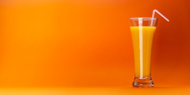 Verre de jus d'orange isolé sur orange