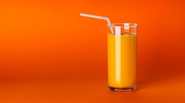 Un verre de jus d'orange sur orange avec espace de copie