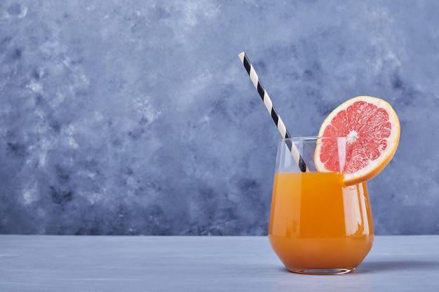Un verre de jus de pamplemousse.