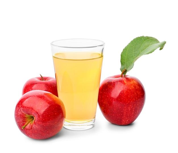 Verre de jus de pomme frais isolé