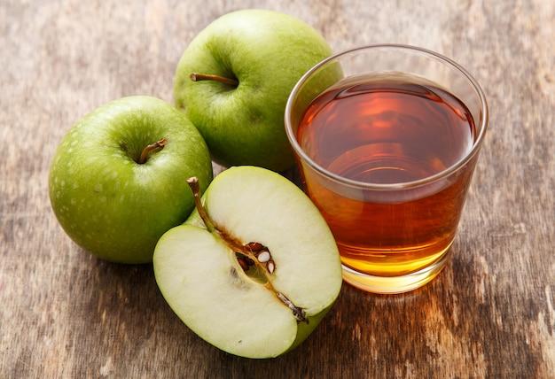 Verre de jus de pomme