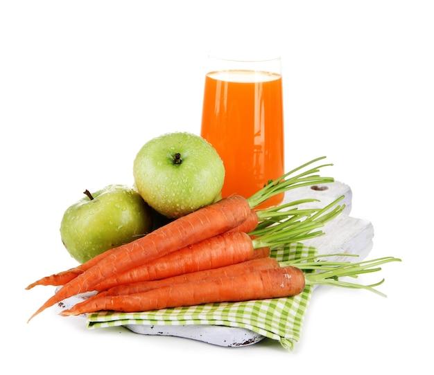 Verre de jus, pommes et carottes, sur blanc