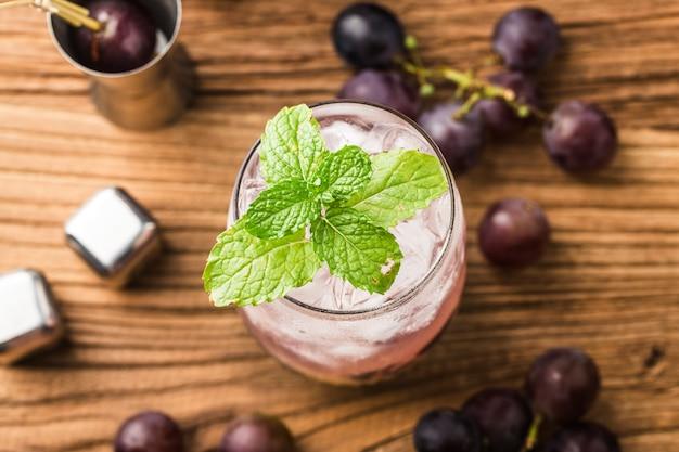 Un verre de jus de raisin