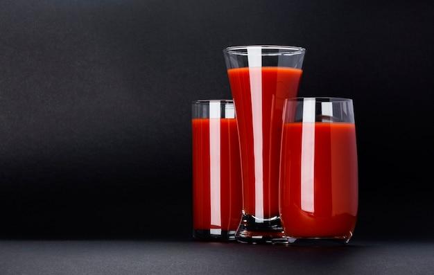Verre de jus de tomate isolé avec espace copie
