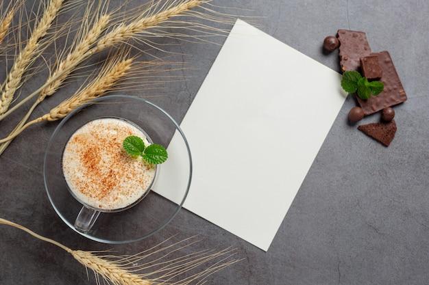 Verre de lait au chocolat sur la surface sombre.