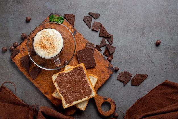 Verre De Lait Au Chocolat Sur La Surface Sombre. Photo gratuit