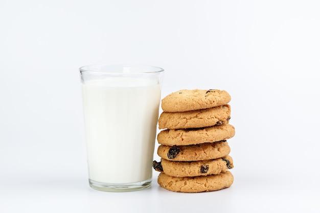 Verre de lait et biscuits aux raisins secs isolés