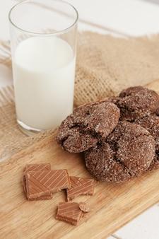 Verre de lait et biscuits biscuits avec torchon sur fond clair