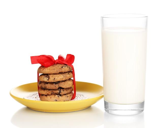 Verre de lait et biscuits isolés sur blanc