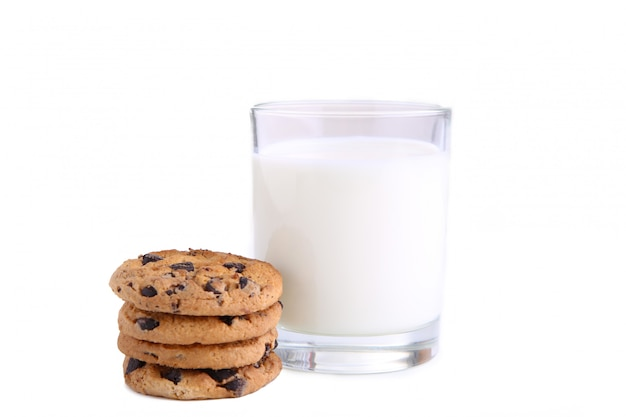 Verre de lait et biscuits isolés on white