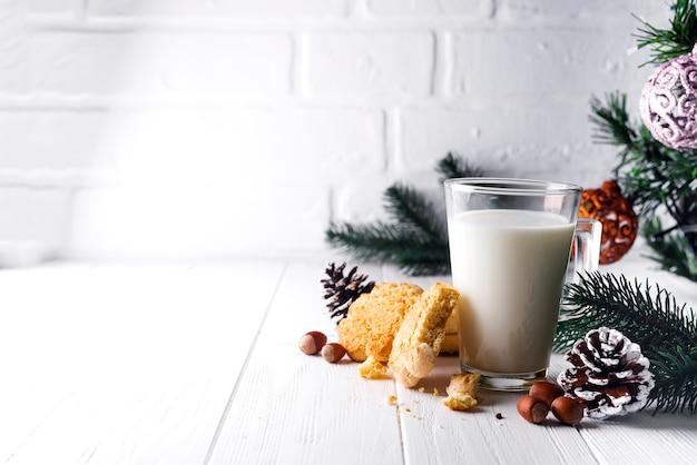 Verre de lait et des biscuits laissés spécifiquement pour le père noël.