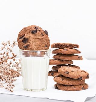 Verre de lait et biscuits ronds aux pépites de chocolat