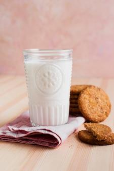 Verre de lait avec biscuits ronds