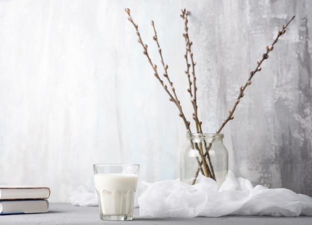 Un verre de lait, des branches de saule et des livres