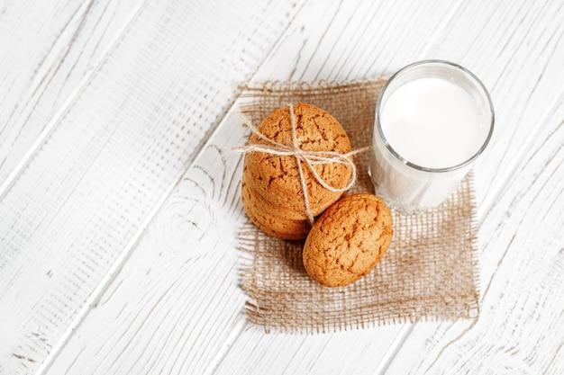 Un verre de lait et de délicieux biscuits à l'avoine