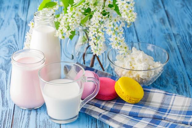 Verre de lait avec macaron français