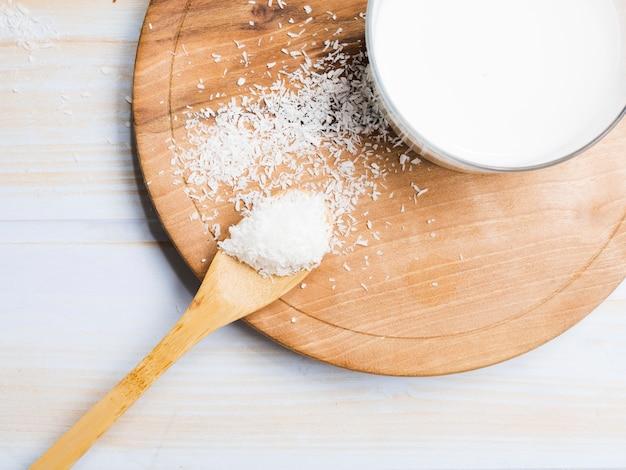 Verre de lait avec noix de coco râpée