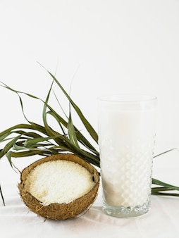 Verre de lait et noix de coco