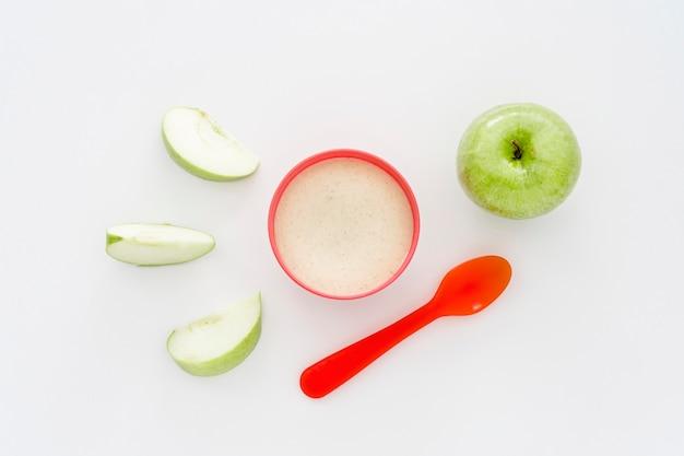 Verre de lait et pomme