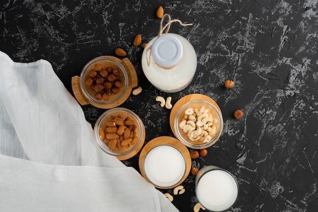 Verre de lait sain aux noix sans graisses nocives sur une surface grunge, dîners rentables