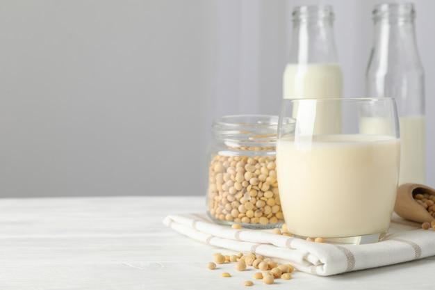 Verre de lait de soja, graines de soja, bouteille de lait