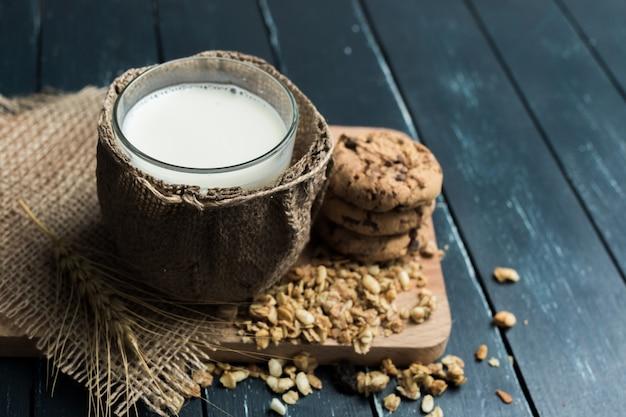 Verre de lait sur table