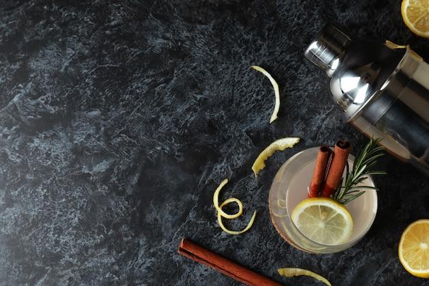 Verre de limonade à la cannelle et romarin sur table noire fumée