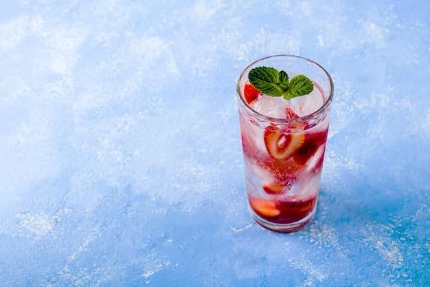 Verre de limonade d'été ou thé glacé
